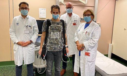 Der Kärntner Herzpatient Sascha K. mit Ärzteteam (von links: Daniel Zimpfer, Günther Laufer, Edda Tschernko)