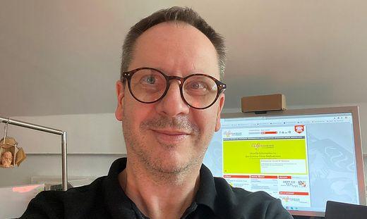 Thomas Meier, im Hintergrund sein Bildschirm