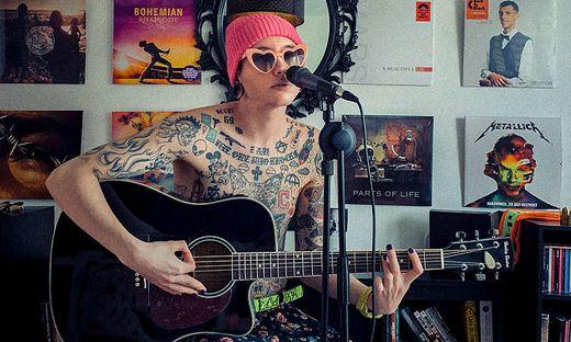 Ian Jules behandelt im Song Themen wie Toleranz, Individualität und Persönlichkeit