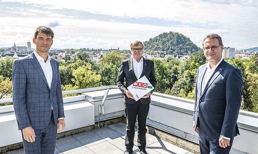 Wolfgang Ziniel (KMU Forschung Austria), Gerhard Wohlmuth (Obmann Sparte Handel in der WKO Steiermark) und Helmut Zaponig (Spartengeschäftsführer Handel) präsentieren die Halbjahresbilanz des steirischen Handels