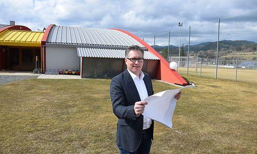 """Kulmer am Areal bei der """"Jaques Lemans Arena"""", auf dem die Schule errichtet wird."""