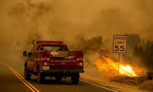 Binnen eines Tages wuchs der Brand beim sogenannten Angeles National Forest von knapp 295 auf rund 379 Quadratkilometer an