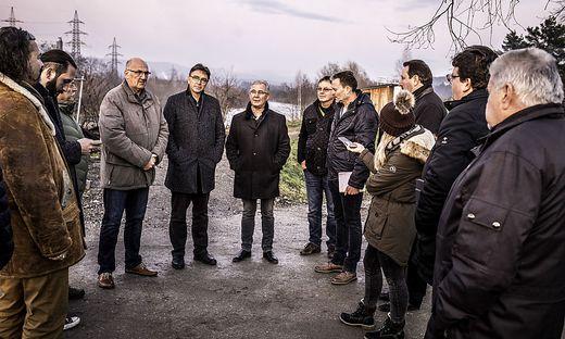 Die Vertreter der Stadt trafen sich bei der Tschinowitscher Brücke zum Lokalaugenschein