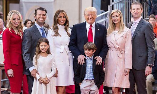 Donald Trump mit seiner dritten Frau Melania und seinen Kindern Tiffany, Donald Jr., Ivanka und Eric (von links) und den Enkelkindern Kai Madison und Donald III im April 2016