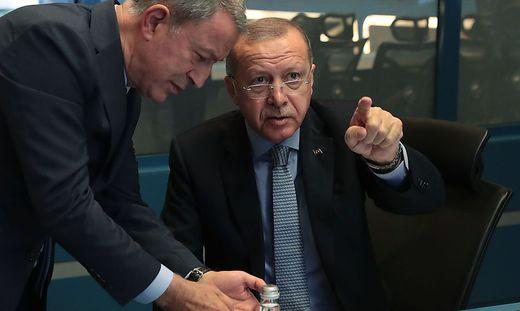 Erdogan mit Verteidigungsminister Hulusi Akar