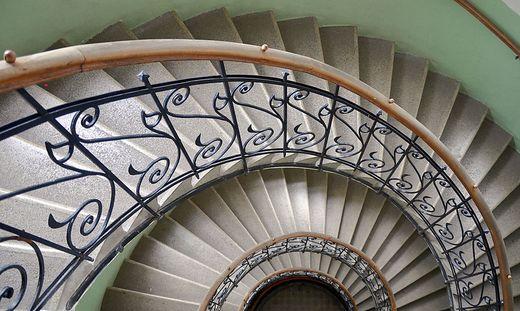 Mangelhafte Treppenhäuser: Wackelige Geländer, ungleiche Stufenhöhen, mangelnde Beleuchtung