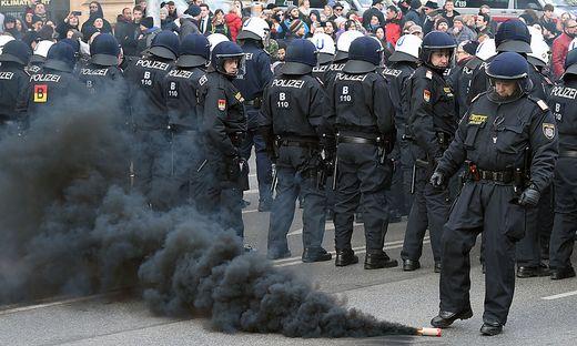 WIEN: DEMONSTRATION IDENTITAeRE BEWEGUNG: POLIZEIKRAeFTE