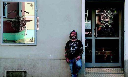 Wollte mit Gratis-Tattoos lebenslange Zeichen gegen Fremdenhass setzen: Der Grazer Tattookünstler Alex Smoltschnik