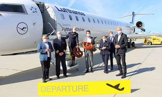 Die Lufthansa-Crew mit Holding-Graz-Vorstand Wolfgang Malik, Flughafen-Chef Wolfgang Grimus und Stadtrat Günter Riegler.