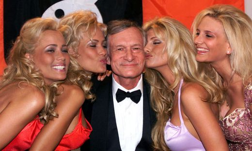 Hugh Hefner mit seinen Playmates