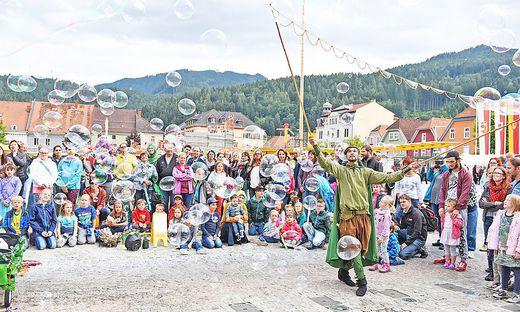Beim Murenschalk sind zahlreiche Künstler und Artisten in der Brucker Innenstadt