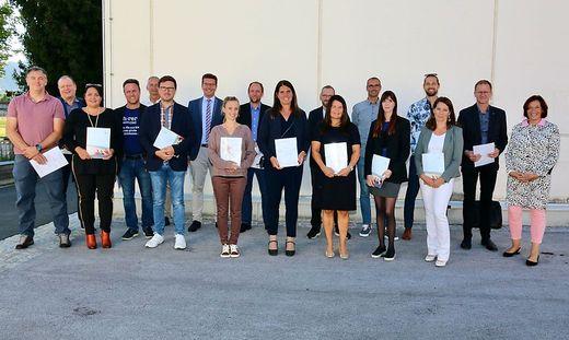 Absolventinnen und Absolventen der Lehrgänge Schulen professionell führen und Schulentwicklungsberatung mit Sabine Oberzaucher-Riepl (rechts)