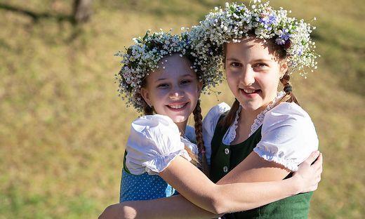 Nicole Posch und Anastasia Saurer haben sich gleich die fertigen Blumenkränze aufgesetzt