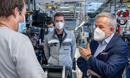 Investor Siegfried Wolf (rechts) im MAN-Werk in Steyr