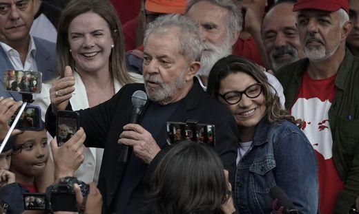 Lula nach seiner Freilassung mit Freundin und Anhängern