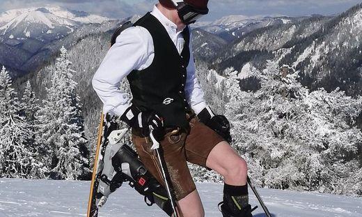 Simon Grafeneder hat sich bei minus 14 Grad in Lederhose und Hemd auf die Skipiste am Niederalpl gewagt