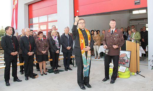 Pfarrer Anton Neger segnete das neue Rüsthaus