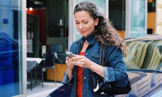 Smartphone-Nutzung beim Überqueren der Straße verboten