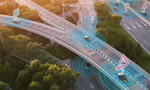 Sensorsysteme mit Radar, Laser (Lidar), Ultraschall und Kameras werden die Umgebung für die autonomen Fahrzeuge abtasten. Lkw werden kosten- und emissionssparend dicht an dicht in Konvois in fließendem Verkehr geführt