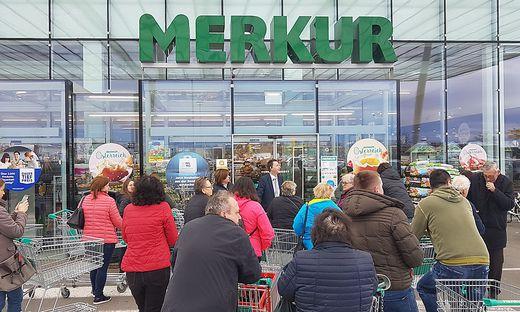 In einzelnen Supermärkten kam es am Freitag zu einem regelrechten Ansturm - auch der vielen Falschinformationen wegen.