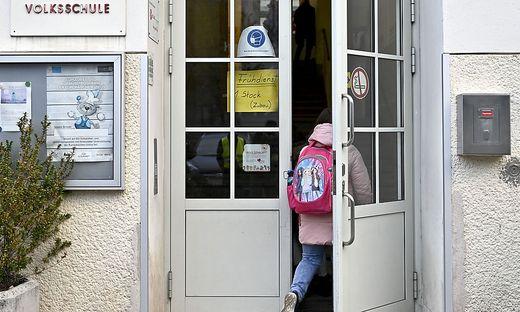 Volksschule Sujet
