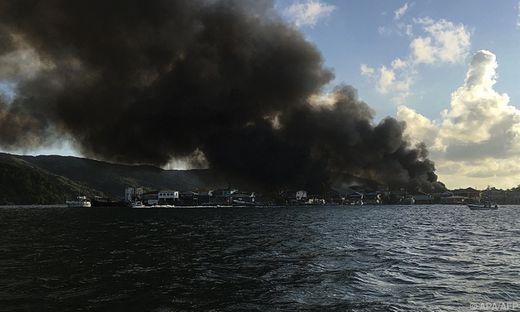 Feuer auf der Insel El Cayo, die zu Guanaja  gehört