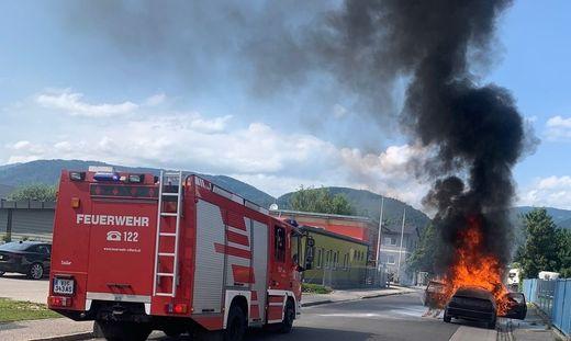 Beim Eintreffen der alarmierten Hauptfeuerwache Villach stand der Pkw bereits in Vollbrand