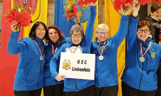 Die Liebenfelserinnen präsentieren stolz ihre Medaillen