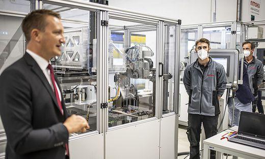 Geschäftsführer Richard Werkl (links) bei der Eröffnung des neuen Nittoku-Werkes