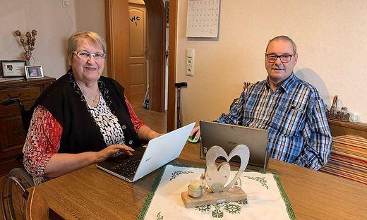Zeitunglesen auf dem Computer gehört für Hermine und Johann Ehgartner zur Tagesroutine
