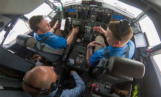Testpiloten mit Boeing Vorstandschef Dennis Muilenburg im hinteren Cockpit-Teil