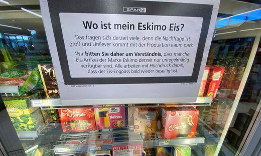 """Entschuldigungs-Plakat auf einem Eisschrank von Spar. """"Erfreulich hohe Nachfrage"""""""