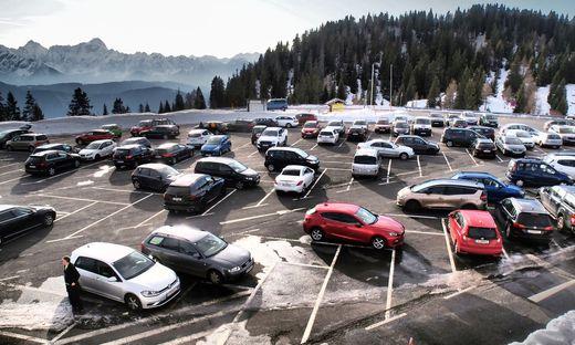 Die Parkplätze sind zu Stoßzeiten am Dobratsch voll