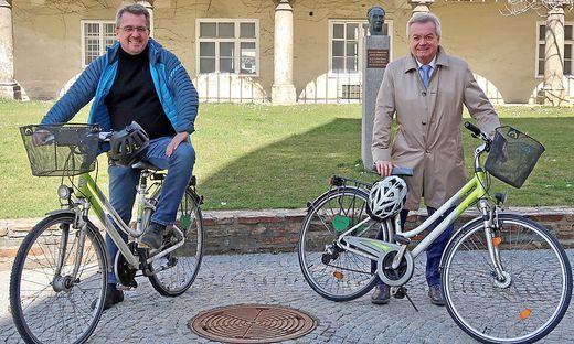 Bürgermeister Koch (l.) freut sich über die Förderungen von Verkehrslandesrat Lang