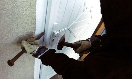 Bei einer Klagenfurter Firma wurde in der Nacht auf Mittwoch eingebrochen. Die Täter stahlen zuerst Werkzeug und brachen dann damit Türen, Kästen und einen Tresor auf (Symbolfoto)