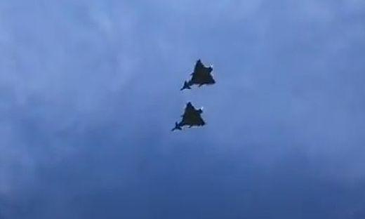Freitagnachmittag: Zwei Eurofighter fliegen über Graz