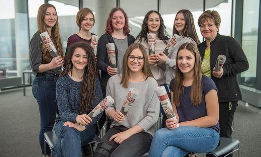 Die Schülerinnen der 3. HL-Klasse der HLW Krieglach mit ihrer Lehrerin Marlies Leitenbauer (r.)