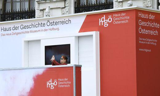 HAUS DER GESCHICHTE OeSTERREICH: SERVICEDESK VOR DEM MUSEUM