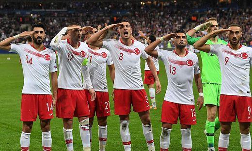Spieler der türkischen Nationalmannschaft salutierten