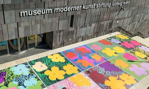 Ein Blumenteppich ergießt sich derzeit über die Treppe des Wiener mumoks