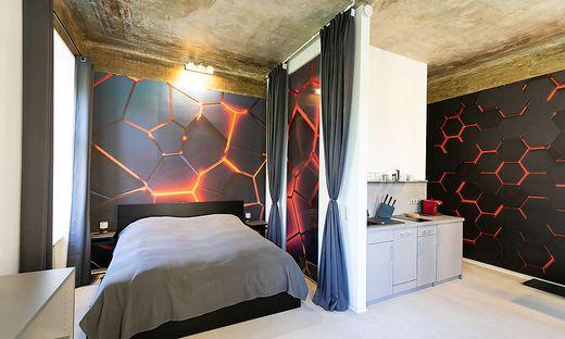 """Im Raum """"Into the Dark"""" trifft moderne Einrichtung auf original belassene Decken."""
