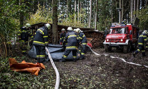 Katastrophenuebung Feuerwehr Rettung Wasserrettung  Polizei Unterglan Oktober 2015