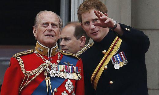 Prinz Philip mit seinem Enkel Harry auf einer Aufnahme aus dem Jahr 2014