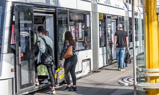 """Ein- und Aussteigen: Fahrgäste müssen wieder """"drücken"""""""
