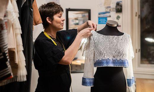Marlen Sabetzer bei der Arbeit in an einem neuen Kleidungsstück