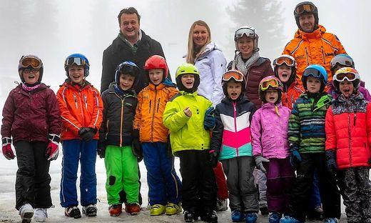 Hanno Settele mit einer Gruppe von Kindern