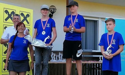 Verbandspräsident Manfred Römer (links) und Turnierleiterin Heidelinde Jeitler mit den Siegern der Jugendklasse