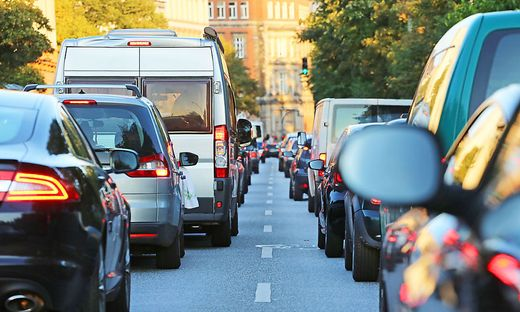 Die Frau hatte Angst vor dem Verkehr in der Großstadt