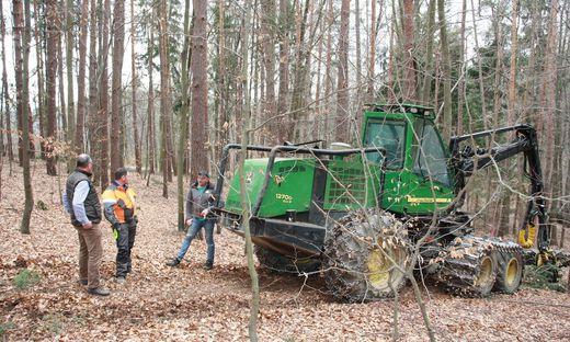 Ein Harvester ist bei Waldarbeiten am Buchkogel im Einsatz. Vandalen verstopften den Auspuff und übergossen den Motor mit Öl