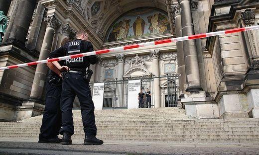 Polizisten riegeln den Dom ab